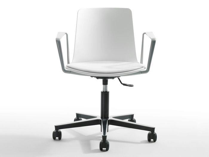 Как выбрать офисный стул с подлокотниками?